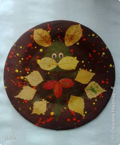 Здравствуйте).Тарелочка в технике Папье маше покрыта гуашью. Листья высушены и наклеены клеем Момент универсальный.  Глазки из цветной бумаги. Вся тарелка покрыта лаком спреем . Благодарю. фото 1