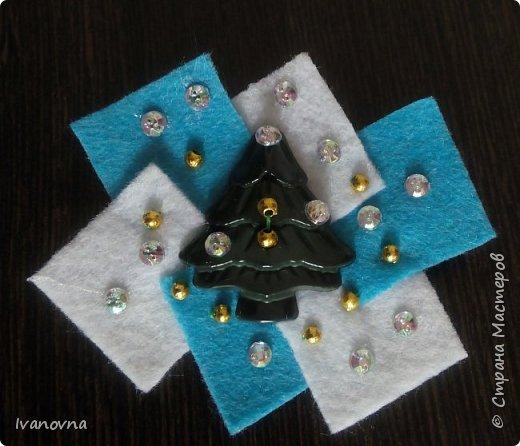 Броши из фетра за 5 минут!  Фетровые украшения – одна из последних модных «изюминок». Их можно носить хоть с пальто или плащом, хоть с вечерним платьем. Сделать брошь из фетра своими руками очень просто! фото 9