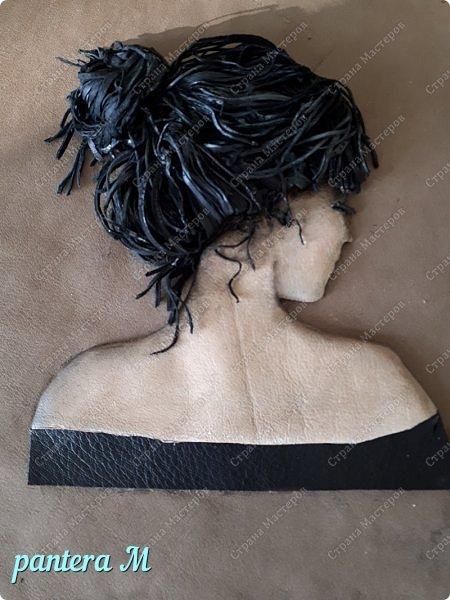Добрый день, Страна! Картинка из интернета.  А решилась я её сделать только потому, что случайно нашла решение как сделать волосы из кусочков кожи , не очень при этом напрягаясь. Для работы нужны: - кусочки кожи - клей Момент прозрачный - канцелярский нож и лезвия к нему - акриловые краски фото 7