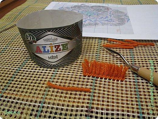 Коврик сделан из ниток для вязания, с помощью крючка для ковровой вышивки. фото 3