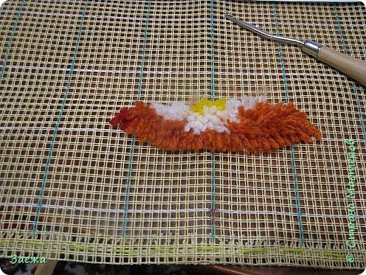 Коврик сделан из ниток для вязания, с помощью крючка для ковровой вышивки. фото 10