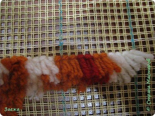 Коврик сделан из ниток для вязания, с помощью крючка для ковровой вышивки. фото 9