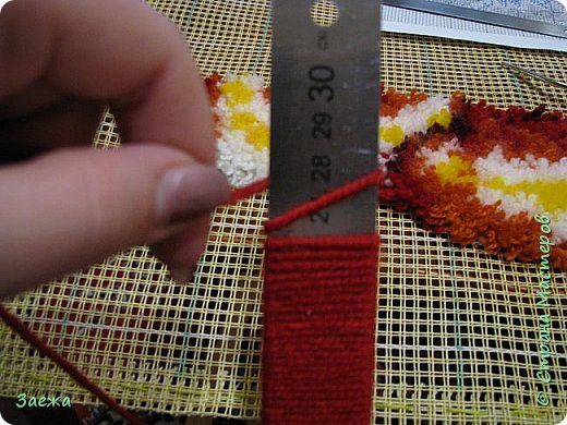 Коврик сделан из ниток для вязания, с помощью крючка для ковровой вышивки. фото 4