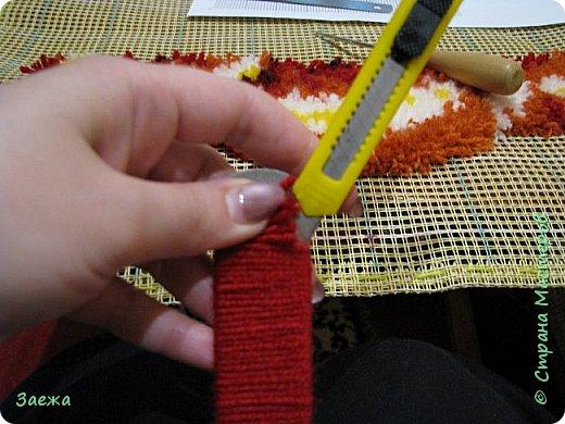 Коврик сделан из ниток для вязания, с помощью крючка для ковровой вышивки. фото 5