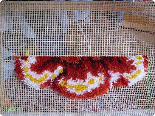 Коврик сделан из ниток для вязания, с помощью крючка для ковровой вышивки. фото 13