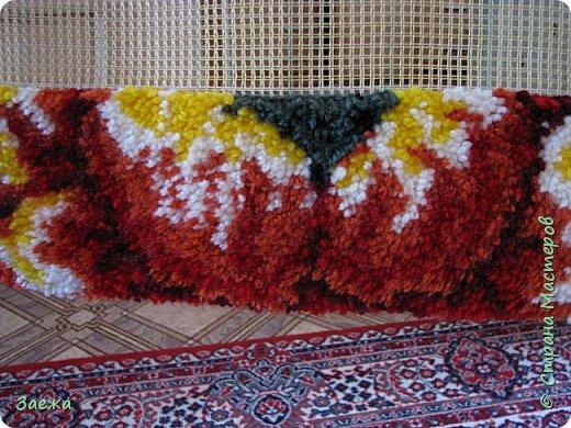 Коврик сделан из ниток для вязания, с помощью крючка для ковровой вышивки. фото 15