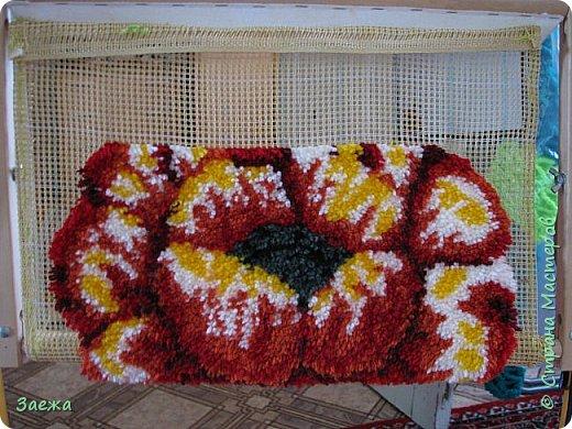 Коврик сделан из ниток для вязания, с помощью крючка для ковровой вышивки. фото 16