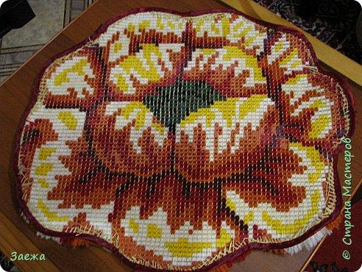 Коврик сделан из ниток для вязания, с помощью крючка для ковровой вышивки. фото 22