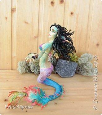 """Здравствуйте, жители Страны! Такая русалка у меня нарисовалась. Сделана из полимерной глины """"бархатный пластик"""", так же использовался строительный бинт, покрашена акриловыми красками. Высота - 19,5 см. Рыбка и одежда снимается. фото 13"""