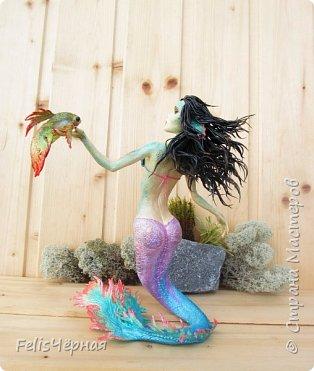 """Здравствуйте, жители Страны! Такая русалка у меня нарисовалась. Сделана из полимерной глины """"бархатный пластик"""", так же использовался строительный бинт, покрашена акриловыми красками. Высота - 19,5 см. Рыбка и одежда снимается. фото 12"""