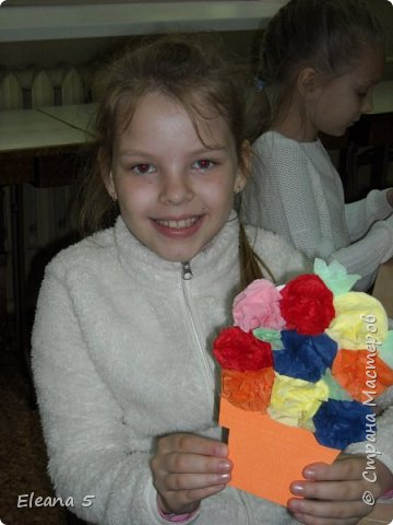 Мастерим из салфеток цветочные букетики. Очень стараемся, чтобы работа получилась аккуратная. фото 4