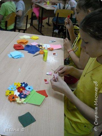Мастерим из салфеток цветочные букетики. Очень стараемся, чтобы работа получилась аккуратная. фото 7