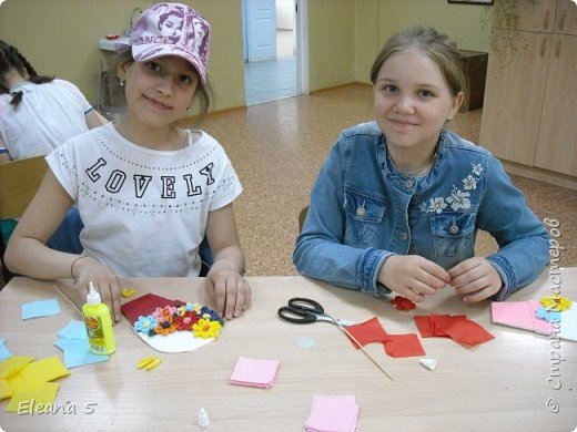 Мастерим из салфеток цветочные букетики. Очень стараемся, чтобы работа получилась аккуратная. фото 8