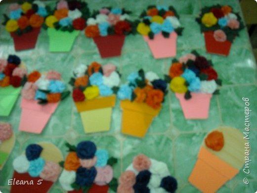 Мастерим из салфеток цветочные букетики. Очень стараемся, чтобы работа получилась аккуратная. фото 9