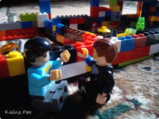 Здравствуй СМ! Это вторая часть: Вор или полицейские хитрости. Первого полицейского звали Женя Кочерыжкин, а второго звали Саша папаша. Вора звали Вор Варежкин. Ланса и Боба Ричмонта- их общая фамилия. Ж: ЭЭЭ! Где он? Сп: Не знаю. Давай так: я за машиной, а ты ищешь улики, окей? Ж: Ладно. фото 2