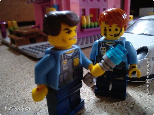 Здравствуй СМ! Это вторая часть: Вор или полицейские хитрости. Первого полицейского звали Женя Кочерыжкин, а второго звали Саша папаша. Вора звали Вор Варежкин. Ланса и Боба Ричмонта- их общая фамилия. Ж: ЭЭЭ! Где он? Сп: Не знаю. Давай так: я за машиной, а ты ищешь улики, окей? Ж: Ладно. фото 13