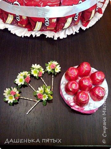 Здравствуйте дорогие гости.рада приветствовать вас на моей страничке:-) А у меня все продолжаются праздники:-)точнее подготовка подарочков.Вот такой вот тортик получился для племянницы мужа на 12 -тилетие.в состав тортика вошло 5 видов конфет и чоко-пай.всех по 18 штучек.сверху коробочка для подарка.слепила ещё заколочки из холодного фарфора:-) фото 7