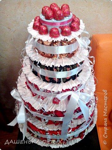 Здравствуйте дорогие гости.рада приветствовать вас на моей страничке:-) А у меня все продолжаются праздники:-)точнее подготовка подарочков.Вот такой вот тортик получился для племянницы мужа на 12 -тилетие.в состав тортика вошло 5 видов конфет и чоко-пай.всех по 18 штучек.сверху коробочка для подарка.слепила ещё заколочки из холодного фарфора:-) фото 4