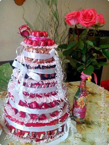 Здравствуйте дорогие гости.рада приветствовать вас на моей страничке:-) А у меня все продолжаются праздники:-)точнее подготовка подарочков.Вот такой вот тортик получился для племянницы мужа на 12 -тилетие.в состав тортика вошло 5 видов конфет и чоко-пай.всех по 18 штучек.сверху коробочка для подарка.слепила ещё заколочки из холодного фарфора:-) фото 3
