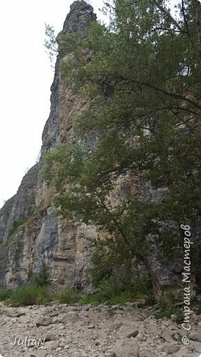 Пещера находится в скале Калим-ускан, которая  с 1985 года объявлены памятником природы. Место туризма. Очень большой вход. И забраться туда не так просто. Сначало поднимаешься по деревянной лестнице. Возле входа висит веревка прикрепленная к потолку пещеры, хватаешься за нее и залазиешь в пещеру. фото 4
