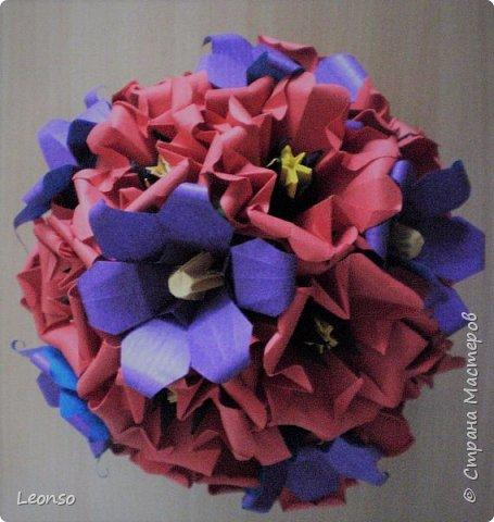 "Kusudama Buque de ""Alamandas"" by VeraYound (""Origami em Flor by Flaviane Koti and Vera Young) +Flower by Stella Filatova (http://stranamasterov.ru/node/47890) +Flower by Mariko kubo ""Hana no Kusudama"""