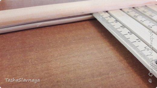 Доброго времени, Страна Мастеров! Строительство... конструирование... (или как еще сказать) ткацкого станка из личного опыта) Материалы: Брус 3на4, брус 4на5, 8 школьных деревянных линеек 50см длинной, рейка3на1,5, рейка 4на 0,5, клей Момент-Кристалл, болты длинные с барашками, саморезы по дереву,кусок послойной фанеры. Инструменты: Ножовка, дрель, лобзик. При кажущейся простоте конструкции, пришлось повозиться... и прибегнуть к помощи знакомого молодого человека) Поскольку 90 процентов деталей я выпиливала сама, то весь процесс изготовления занял у меня около двух недель... время от времени конечно) фото 5