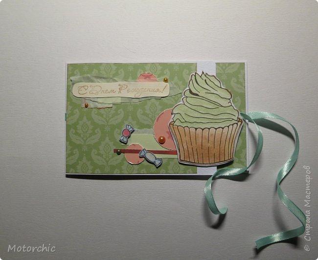 """У каждого есть свои предпочтения в сладостях. Я, например, очень люблю фисташковое мороженое. И пусть там не всегда есть что-то от фисташек, мне очень нравится его вкус и цвет. В этой открытке цвет крема на кексе мне напомнил о фисташковом мороженом, и дальше весь декор открытки """"плясал"""" уже от темы фисташек. фото 8"""