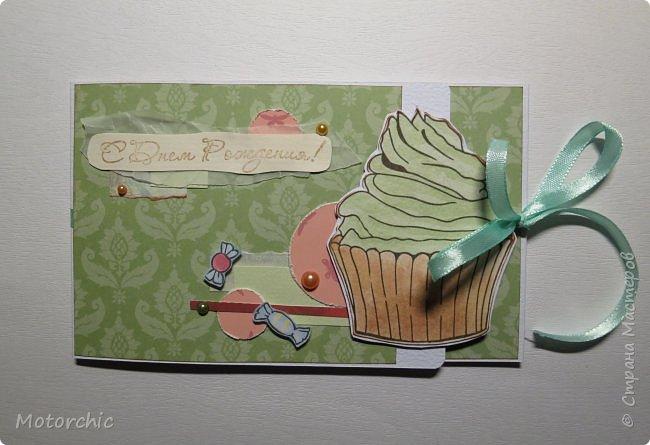 """У каждого есть свои предпочтения в сладостях. Я, например, очень люблю фисташковое мороженое. И пусть там не всегда есть что-то от фисташек, мне очень нравится его вкус и цвет. В этой открытке цвет крема на кексе мне напомнил о фисташковом мороженом, и дальше весь декор открытки """"плясал"""" уже от темы фисташек. фото 1"""