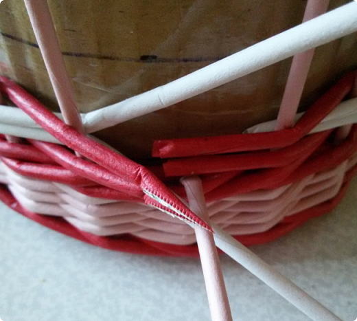 Продолжим?) Оплетаем донышко веревочкой из двух трубочек. Ставим форму. Планирую плавное поднятие, поэтому веревочка должна выступать за край. формы фото 12