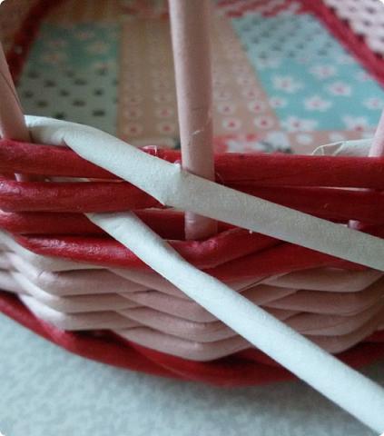 Продолжим?) Оплетаем донышко веревочкой из двух трубочек. Ставим форму. Планирую плавное поднятие, поэтому веревочка должна выступать за край. формы фото 15