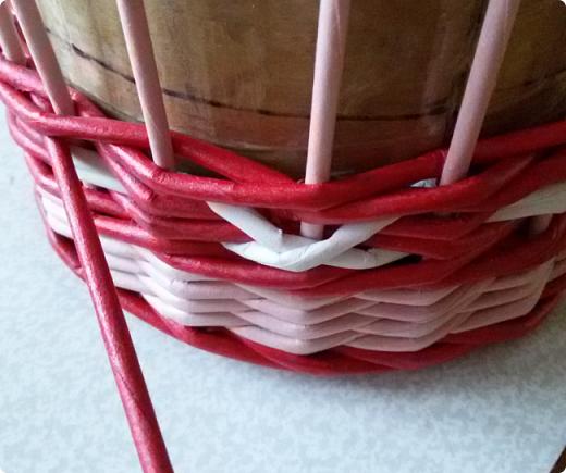 Продолжим?) Оплетаем донышко веревочкой из двух трубочек. Ставим форму. Планирую плавное поднятие, поэтому веревочка должна выступать за край. формы фото 19