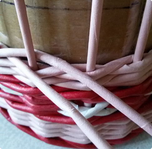 Продолжим?) Оплетаем донышко веревочкой из двух трубочек. Ставим форму. Планирую плавное поднятие, поэтому веревочка должна выступать за край. формы фото 20
