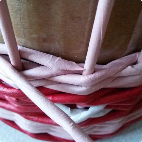 Продолжим?) Оплетаем донышко веревочкой из двух трубочек. Ставим форму. Планирую плавное поднятие, поэтому веревочка должна выступать за край. формы фото 21