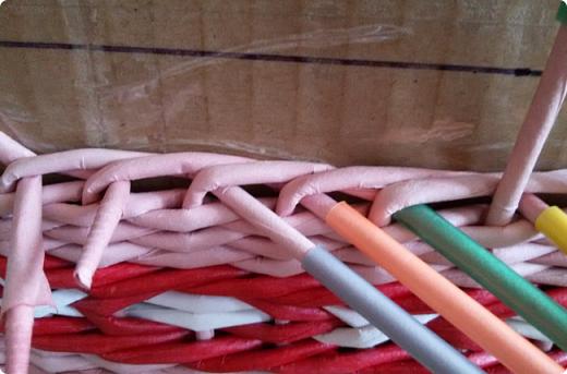 Продолжим?) Оплетаем донышко веревочкой из двух трубочек. Ставим форму. Планирую плавное поднятие, поэтому веревочка должна выступать за край. формы фото 24