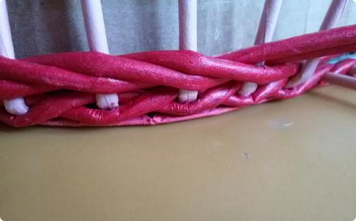 Продолжим?) Оплетаем донышко веревочкой из двух трубочек. Ставим форму. Планирую плавное поднятие, поэтому веревочка должна выступать за край. формы фото 3