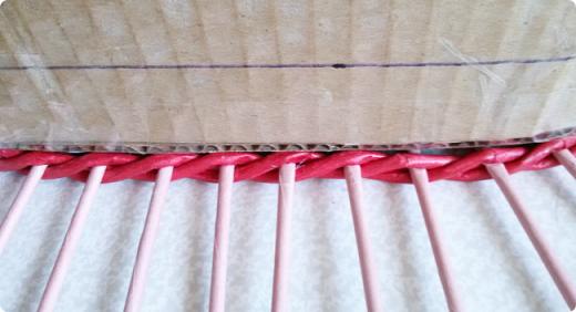 Продолжим?) Оплетаем донышко веревочкой из двух трубочек. Ставим форму. Планирую плавное поднятие, поэтому веревочка должна выступать за край. формы фото 36