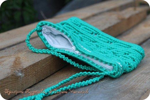 """Сегодня хочу показать вам очередную плетеную сумочку. На этот раз, зеленого цвета.  Немного о самой сумке: Выполнена из полипропиленового шнура 4 мм, подклад - белый хлопок, застежка - молния. Размеры: 24х19 см, длина ручки около 100 см.  Когда начинала плести эту сумочку, даже не знала, какой рисунок будет на ней. Единственное, в чем была уверена, так это в выборе цветов. Именно этот зеленый с белым. А потом решила, что раз зеленый, то пусть в качестве рисунка будут листья, и понеслось)). Подкладку решила взять белую, чтобы сумочка смотрелась интереснее.  Вообще, в процессе плетения у меня возникли такие ассоциации с этой сумкой: Весна, распускаются первые листочки на деревьях. Яблони готовятся выпустить первые цветы, которые вскоре превратятся в очень вкусные и сочные яблочки. Так и здесь, сквозь молодую зелень сумки пробивается белый """"цветочный"""" подклад)))) фото 4"""