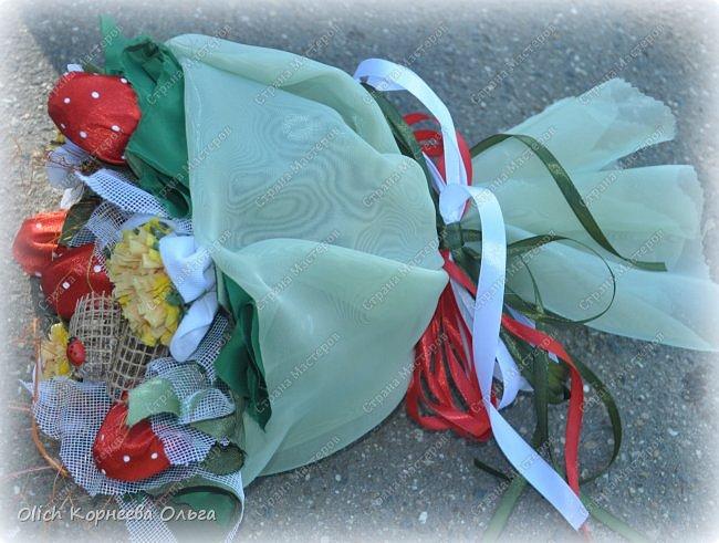 Доброго дня! На 1 сентября мои дочки опять пошли с букетами из конфет. В этот раз конфетки спрятаны в ягодки.  Для букета использовала всевозможную тонкую  ткань разных оттенков, бумагу  и прочие украшалочки. Наши букеты это воспоминание о прошедшем лете! фото 5