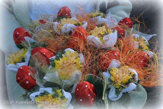 Доброго дня! На 1 сентября мои дочки опять пошли с букетами из конфет. В этот раз конфетки спрятаны в ягодки.  Для букета использовала всевозможную тонкую  ткань разных оттенков, бумагу  и прочие украшалочки. Наши букеты это воспоминание о прошедшем лете! фото 2