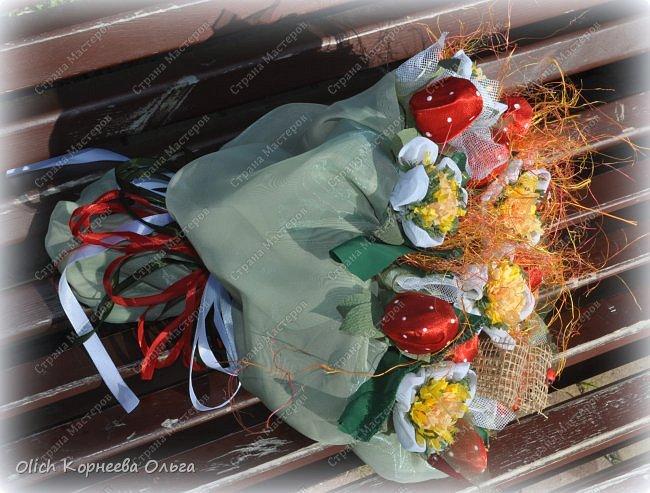 Доброго дня! На 1 сентября мои дочки опять пошли с букетами из конфет. В этот раз конфетки спрятаны в ягодки.  Для букета использовала всевозможную тонкую  ткань разных оттенков, бумагу  и прочие украшалочки. Наши букеты это воспоминание о прошедшем лете! фото 3