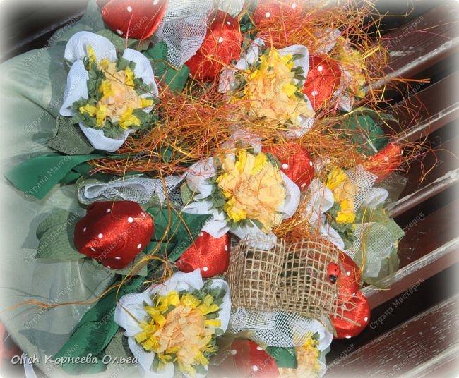 Доброго дня! На 1 сентября мои дочки опять пошли с букетами из конфет. В этот раз конфетки спрятаны в ягодки.  Для букета использовала всевозможную тонкую  ткань разных оттенков, бумагу  и прочие украшалочки. Наши букеты это воспоминание о прошедшем лете! фото 4