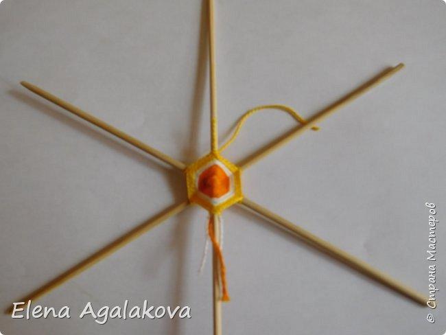 Итак, я сегодня покажу как плести Мандалу-Коловрат - древний славянский оберег символизирующий вечное движение Солнца по небу и связь со своим Родом.  Я сплела шести лучевую мандалу, но коловраты бывают и четырех и восьми лучевые, можно встретить и с большим количеством лучей. Можно плести коловраты различных цветов.  Мне захотелось сплести Солнышко на голубом небе.  Само слово «коловрат» имеет русское происхождение и с древнеславянского переводится как «вращение колеса», «круговорот» (коло – круг, колесо, врат – ворот – вращение). Однако древние славяне называли словом «коло» не только колесо, но и использовали его в качестве эпитета Солнца («наше солнышко – колоколнышко»). Отсюда другое название коловрата – Солцеворот. Солнце, дарящее жизнь, урожай и процветание почиталось во всех древних культурах. фото 12