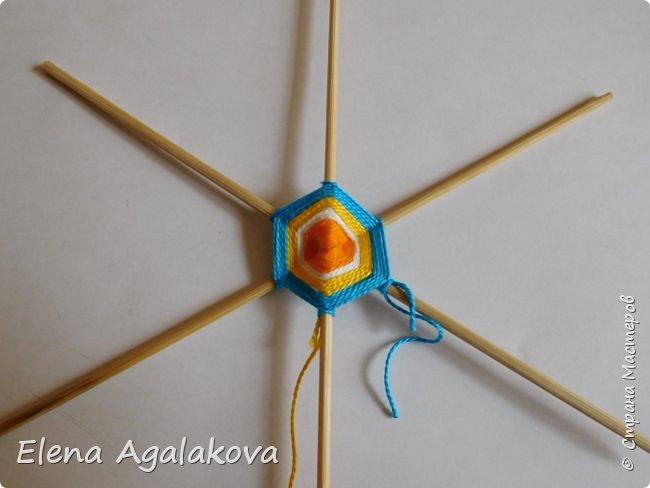 Итак, я сегодня покажу как плести Мандалу-Коловрат - древний славянский оберег символизирующий вечное движение Солнца по небу и связь со своим Родом.  Я сплела шести лучевую мандалу, но коловраты бывают и четырех и восьми лучевые, можно встретить и с большим количеством лучей. Можно плести коловраты различных цветов.  Мне захотелось сплести Солнышко на голубом небе.  Само слово «коловрат» имеет русское происхождение и с древнеславянского переводится как «вращение колеса», «круговорот» (коло – круг, колесо, врат – ворот – вращение). Однако древние славяне называли словом «коло» не только колесо, но и использовали его в качестве эпитета Солнца («наше солнышко – колоколнышко»). Отсюда другое название коловрата – Солцеворот. Солнце, дарящее жизнь, урожай и процветание почиталось во всех древних культурах. фото 13