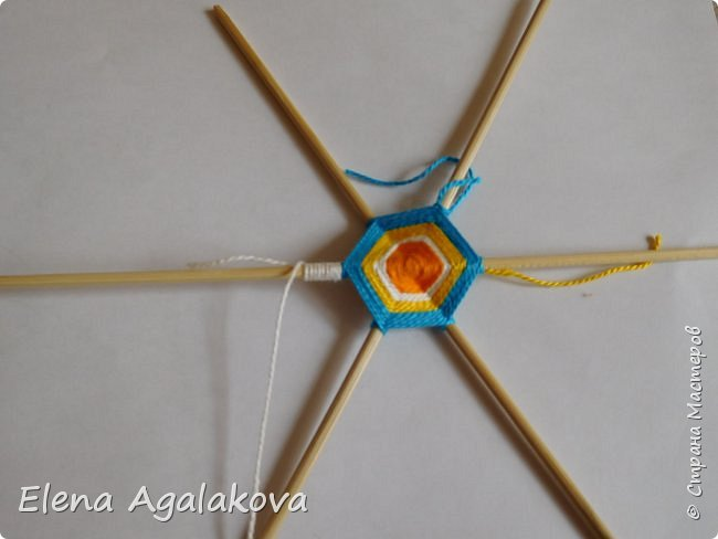 Итак, я сегодня покажу как плести Мандалу-Коловрат - древний славянский оберег символизирующий вечное движение Солнца по небу и связь со своим Родом.  Я сплела шести лучевую мандалу, но коловраты бывают и четырех и восьми лучевые, можно встретить и с большим количеством лучей. Можно плести коловраты различных цветов.  Мне захотелось сплести Солнышко на голубом небе.  Само слово «коловрат» имеет русское происхождение и с древнеславянского переводится как «вращение колеса», «круговорот» (коло – круг, колесо, врат – ворот – вращение). Однако древние славяне называли словом «коло» не только колесо, но и использовали его в качестве эпитета Солнца («наше солнышко – колоколнышко»). Отсюда другое название коловрата – Солцеворот. Солнце, дарящее жизнь, урожай и процветание почиталось во всех древних культурах. фото 14