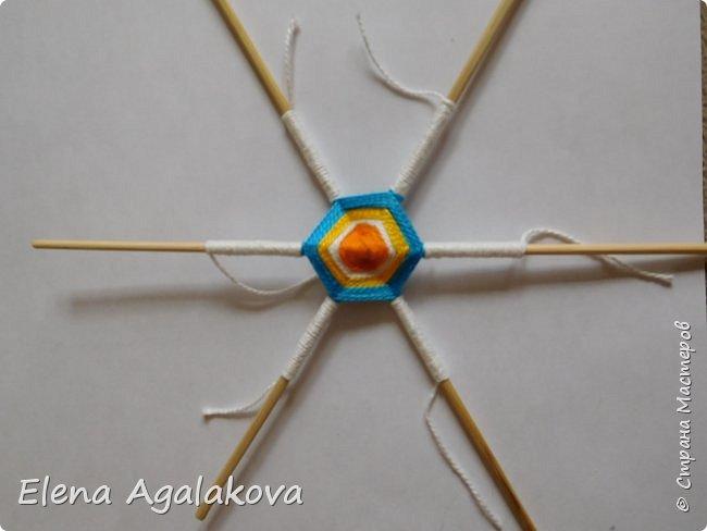 Итак, я сегодня покажу как плести Мандалу-Коловрат - древний славянский оберег символизирующий вечное движение Солнца по небу и связь со своим Родом.  Я сплела шести лучевую мандалу, но коловраты бывают и четырех и восьми лучевые, можно встретить и с большим количеством лучей. Можно плести коловраты различных цветов.  Мне захотелось сплести Солнышко на голубом небе.  Само слово «коловрат» имеет русское происхождение и с древнеславянского переводится как «вращение колеса», «круговорот» (коло – круг, колесо, врат – ворот – вращение). Однако древние славяне называли словом «коло» не только колесо, но и использовали его в качестве эпитета Солнца («наше солнышко – колоколнышко»). Отсюда другое название коловрата – Солцеворот. Солнце, дарящее жизнь, урожай и процветание почиталось во всех древних культурах. фото 16