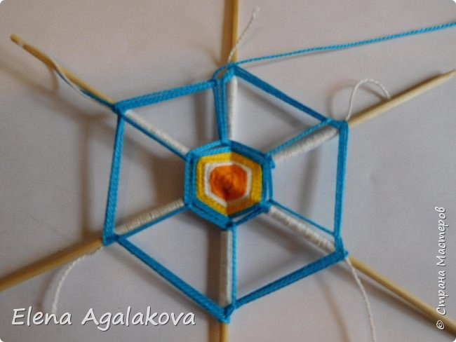 Итак, я сегодня покажу как плести Мандалу-Коловрат - древний славянский оберег символизирующий вечное движение Солнца по небу и связь со своим Родом.  Я сплела шести лучевую мандалу, но коловраты бывают и четырех и восьми лучевые, можно встретить и с большим количеством лучей. Можно плести коловраты различных цветов.  Мне захотелось сплести Солнышко на голубом небе.  Само слово «коловрат» имеет русское происхождение и с древнеславянского переводится как «вращение колеса», «круговорот» (коло – круг, колесо, врат – ворот – вращение). Однако древние славяне называли словом «коло» не только колесо, но и использовали его в качестве эпитета Солнца («наше солнышко – колоколнышко»). Отсюда другое название коловрата – Солцеворот. Солнце, дарящее жизнь, урожай и процветание почиталось во всех древних культурах. фото 22