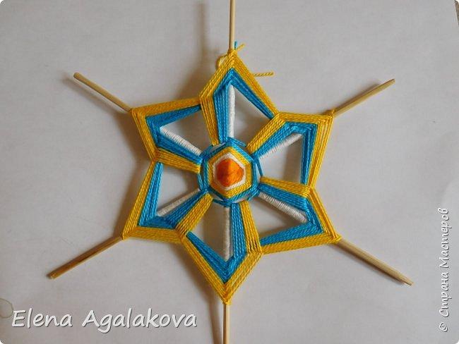 Итак, я сегодня покажу как плести Мандалу-Коловрат - древний славянский оберег символизирующий вечное движение Солнца по небу и связь со своим Родом.  Я сплела шести лучевую мандалу, но коловраты бывают и четырех и восьми лучевые, можно встретить и с большим количеством лучей. Можно плести коловраты различных цветов.  Мне захотелось сплести Солнышко на голубом небе.  Само слово «коловрат» имеет русское происхождение и с древнеславянского переводится как «вращение колеса», «круговорот» (коло – круг, колесо, врат – ворот – вращение). Однако древние славяне называли словом «коло» не только колесо, но и использовали его в качестве эпитета Солнца («наше солнышко – колоколнышко»). Отсюда другое название коловрата – Солцеворот. Солнце, дарящее жизнь, урожай и процветание почиталось во всех древних культурах. фото 25
