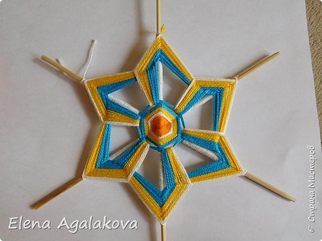 Итак, я сегодня покажу как плести Мандалу-Коловрат - древний славянский оберег символизирующий вечное движение Солнца по небу и связь со своим Родом.  Я сплела шести лучевую мандалу, но коловраты бывают и четырех и восьми лучевые, можно встретить и с большим количеством лучей. Можно плести коловраты различных цветов.  Мне захотелось сплести Солнышко на голубом небе.  Само слово «коловрат» имеет русское происхождение и с древнеславянского переводится как «вращение колеса», «круговорот» (коло – круг, колесо, врат – ворот – вращение). Однако древние славяне называли словом «коло» не только колесо, но и использовали его в качестве эпитета Солнца («наше солнышко – колоколнышко»). Отсюда другое название коловрата – Солцеворот. Солнце, дарящее жизнь, урожай и процветание почиталось во всех древних культурах. фото 26