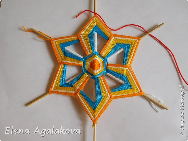 Итак, я сегодня покажу как плести Мандалу-Коловрат - древний славянский оберег символизирующий вечное движение Солнца по небу и связь со своим Родом.  Я сплела шести лучевую мандалу, но коловраты бывают и четырех и восьми лучевые, можно встретить и с большим количеством лучей. Можно плести коловраты различных цветов.  Мне захотелось сплести Солнышко на голубом небе.  Само слово «коловрат» имеет русское происхождение и с древнеславянского переводится как «вращение колеса», «круговорот» (коло – круг, колесо, врат – ворот – вращение). Однако древние славяне называли словом «коло» не только колесо, но и использовали его в качестве эпитета Солнца («наше солнышко – колоколнышко»). Отсюда другое название коловрата – Солцеворот. Солнце, дарящее жизнь, урожай и процветание почиталось во всех древних культурах. фото 27