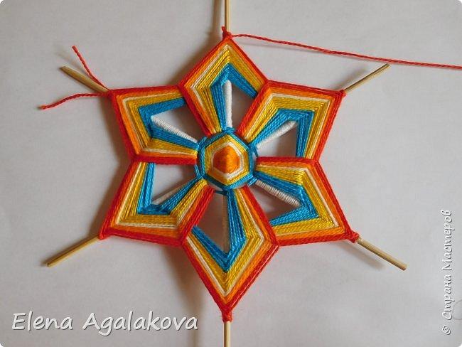 Итак, я сегодня покажу как плести Мандалу-Коловрат - древний славянский оберег символизирующий вечное движение Солнца по небу и связь со своим Родом.  Я сплела шести лучевую мандалу, но коловраты бывают и четырех и восьми лучевые, можно встретить и с большим количеством лучей. Можно плести коловраты различных цветов.  Мне захотелось сплести Солнышко на голубом небе.  Само слово «коловрат» имеет русское происхождение и с древнеславянского переводится как «вращение колеса», «круговорот» (коло – круг, колесо, врат – ворот – вращение). Однако древние славяне называли словом «коло» не только колесо, но и использовали его в качестве эпитета Солнца («наше солнышко – колоколнышко»). Отсюда другое название коловрата – Солцеворот. Солнце, дарящее жизнь, урожай и процветание почиталось во всех древних культурах. фото 28